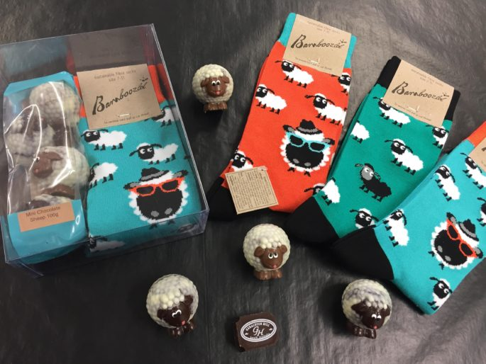 Mini chocolate sheep gift bag 100g and men's bamboo sheep socks gift pack